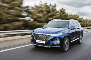 2019 Hyundai Santa Fe Korean Market Front Three Quarter In Motion 4